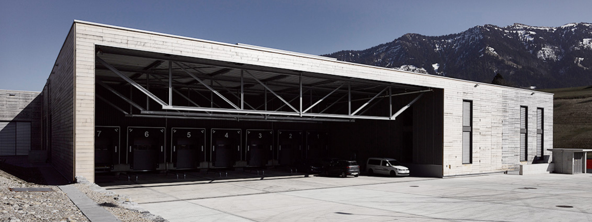 Aussenansicht der fertigen Halle nach Produktionserweiterung und Generalplanung für B. Braun