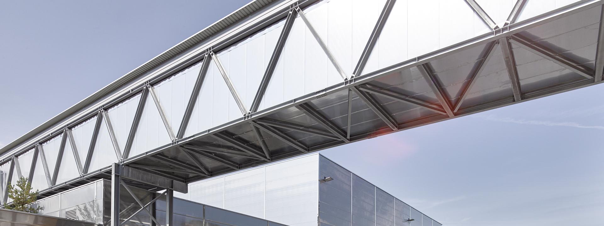 Aussenansicht der Logistikbrücke von MPreis nach Ausbau des Bäckereibetriebs durch IE Food