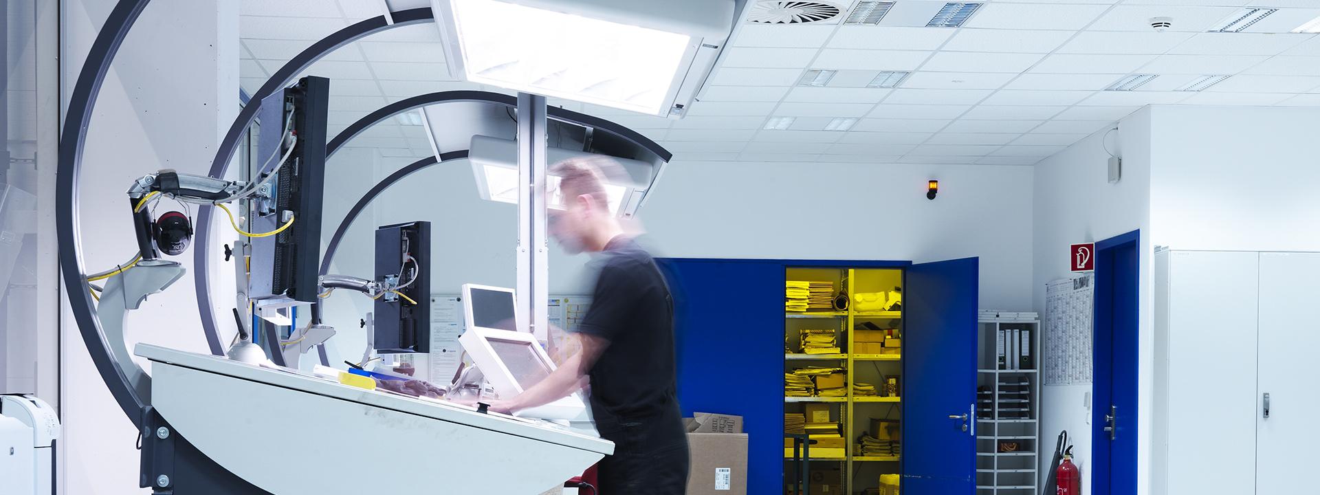 Mitarbeiter bei der arbeit im neuen DHO Druckzentrum