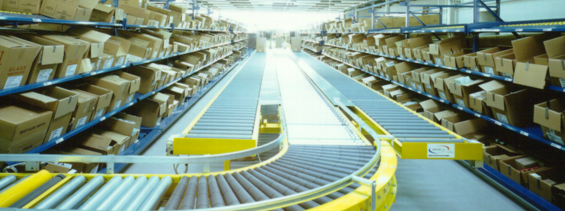Internationales Verteilzentrum mit modernster Logistik- und Automatisierungstechnologie.